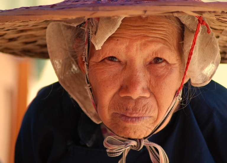 Woman on street, Xiaoyi County, Guangxi|@Startrooper/Flickr