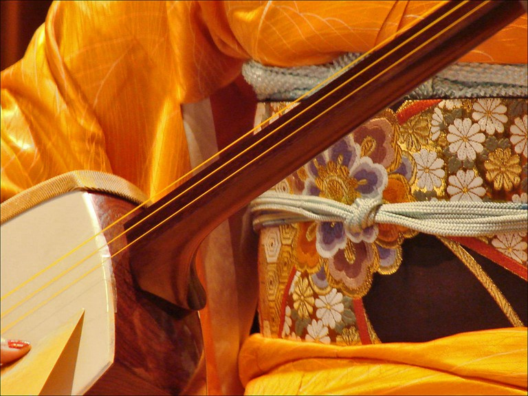 Woman playing the shamisen | © Jean-Pierre Dalbéra / Flickr