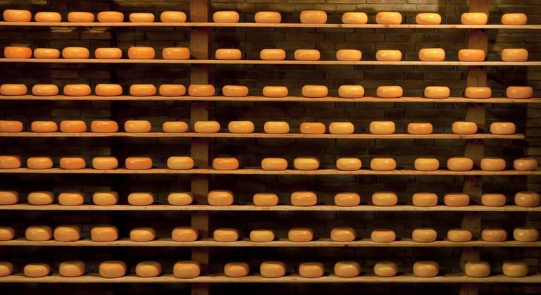 Shelves of Dutch cheese | © mandoft / Flickr