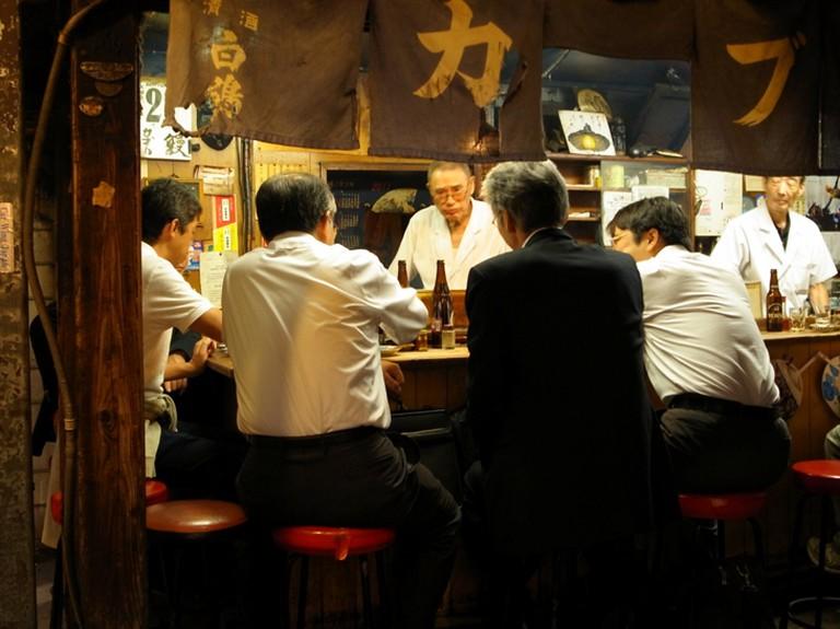 Salary men in Omoide Yokocho, Tokyo (2011)   © Charlotte Marillet / Flickr