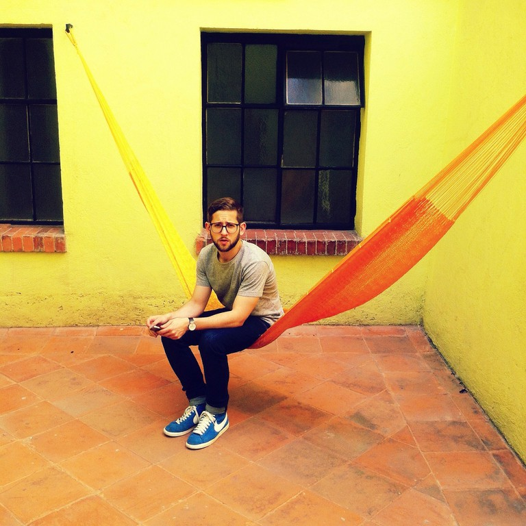 Man enjoying the hammock in a Mexico City hostel | © Peter Bjork/Flickr