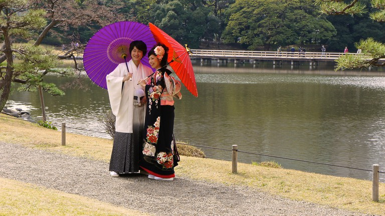 Hamarikyu Garden : Japanese couple in traditional attire |© Manish Prabhune / Flickr