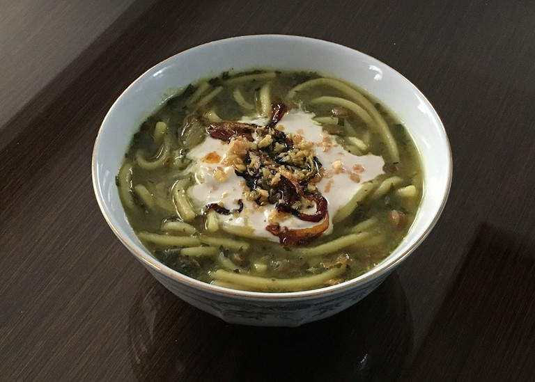 Âsh reshte topped with whey, onions, and dried mint | © Rye-96 / Wikimedia Commons