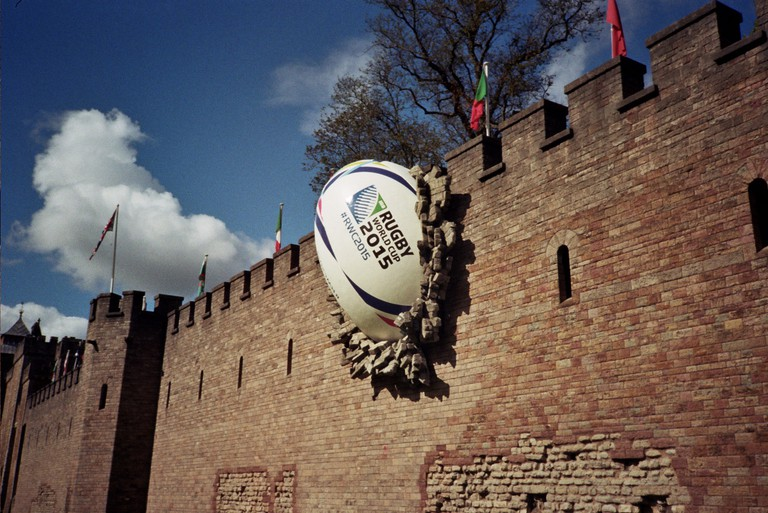 Cardiff Castle ball in the wall|©Walt Jabsco/Flickr