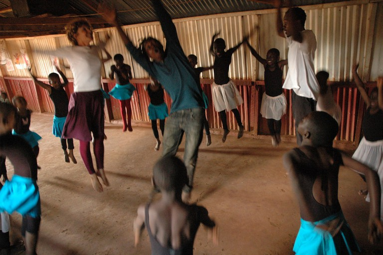 A ballet lesson in Kibera with teachers Anna and Mike | Courtesy of Anno's Africa