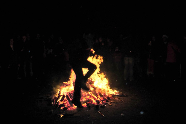 Jumping over the fire for Chaharshanbeh Suri | © PersianDutchNetwork / Wikimedia Commons