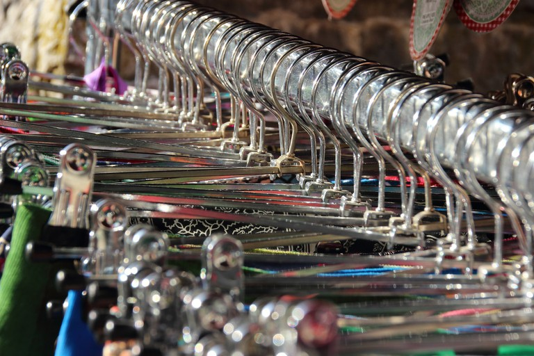 Dresses on hangers at a flohmarkt | © meineresterampe / pixabay