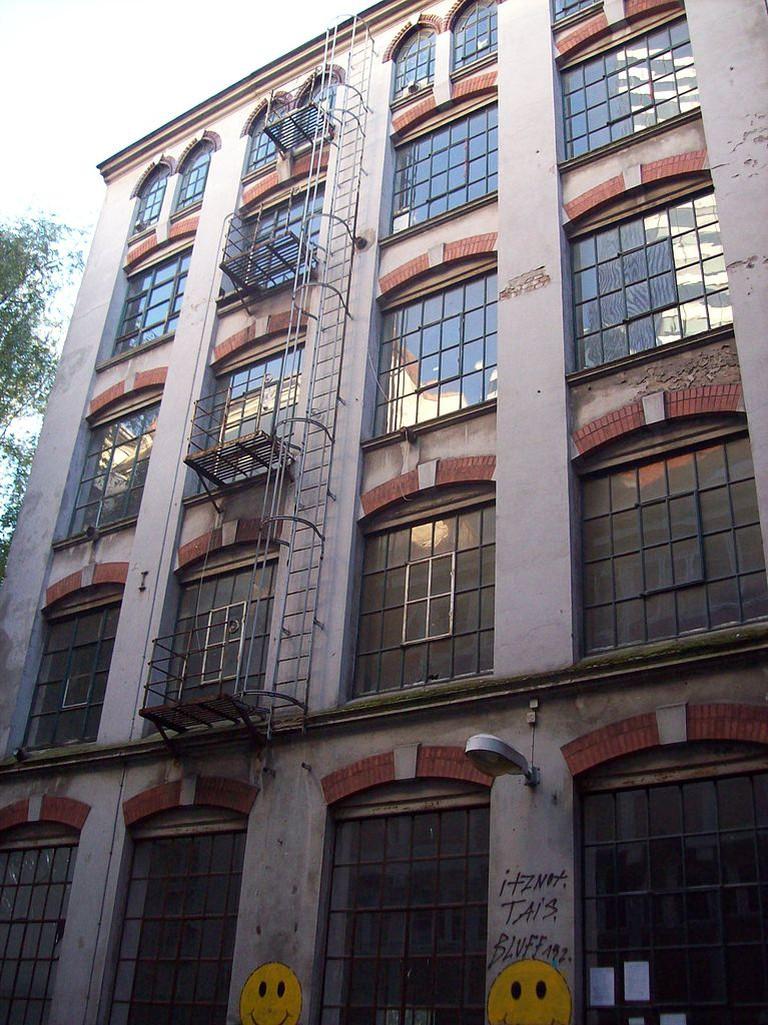 Ehemaliges Fabrikgebäude im Gängeviertel, Hamburg-Neustadt. Valentinskamp 34a, Eingang im Torweg. Erbaut 1903. Früher wurden hier Gürtel und Schnallen hergestellt. © Pauli-Pirat / Wiki Commons