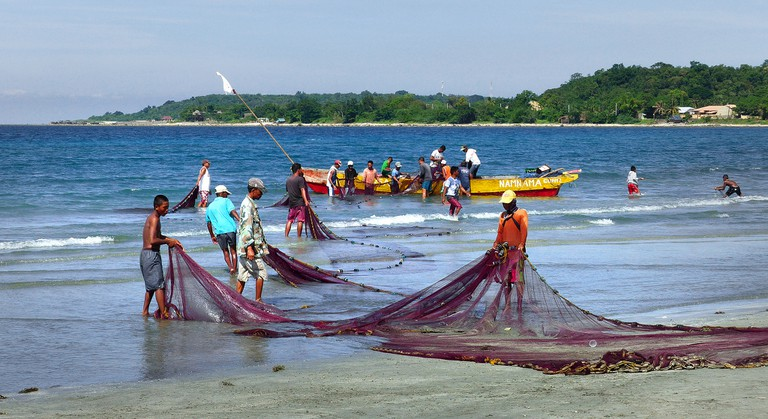Fishermen tend their nets | © Kai Lehmann / Flickr