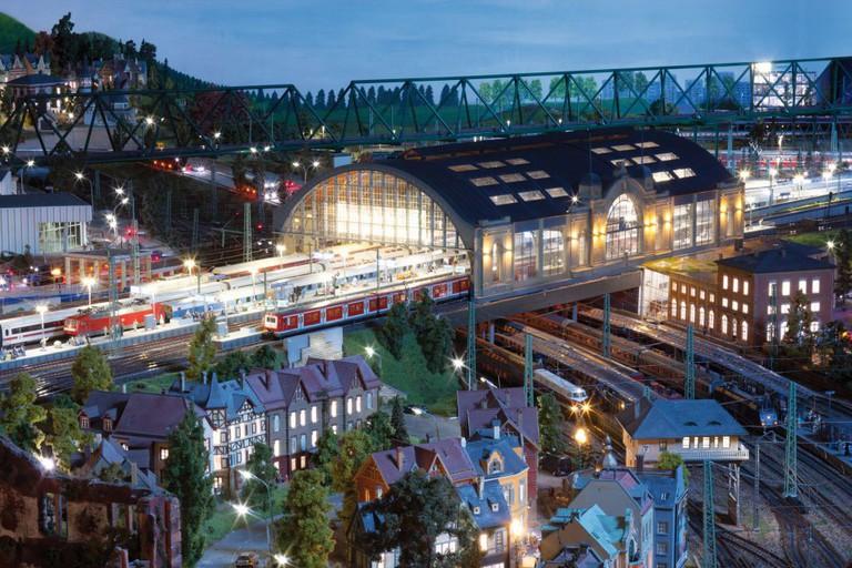 Hamburg Dammtor train station at night   © Miniatur Wunderland