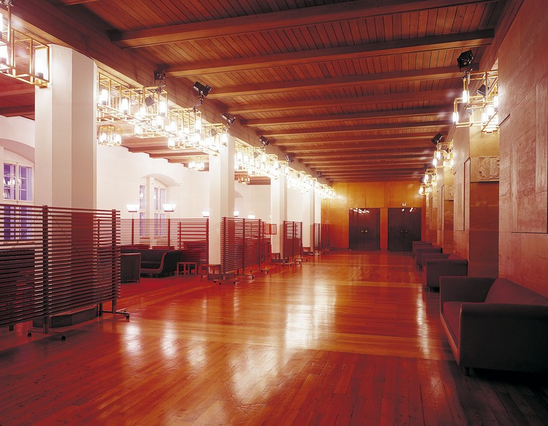 The polished wooden floors of the Grosses Spielhaus Patrons Lounge | © Oskar Anrathe / Grosses Spielhaus