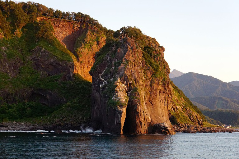 Cape Puyuni view from the Sea of Okhotsk at Shari, Hokkaido prefecture, Japan. | ©663highland / Wikimedia Commons