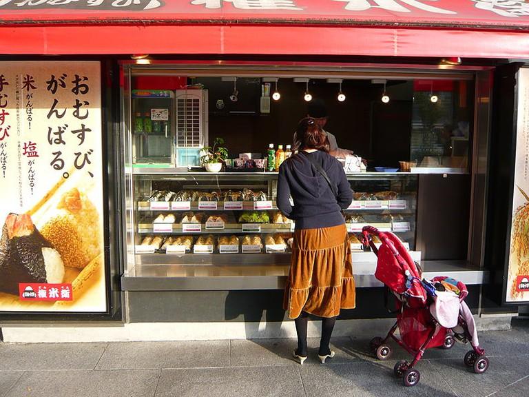 Onigiri shop Akihabara Station, Tokyo (2008)   ©Wordridden/Wikimedia Commons