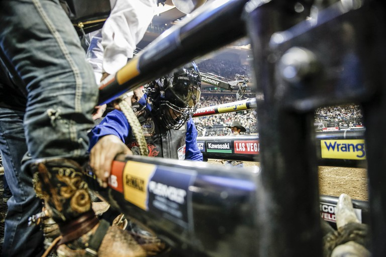 A rider readies in the chute before the gate opens and the ride begins | © Amanda Suarez/Culture Trip