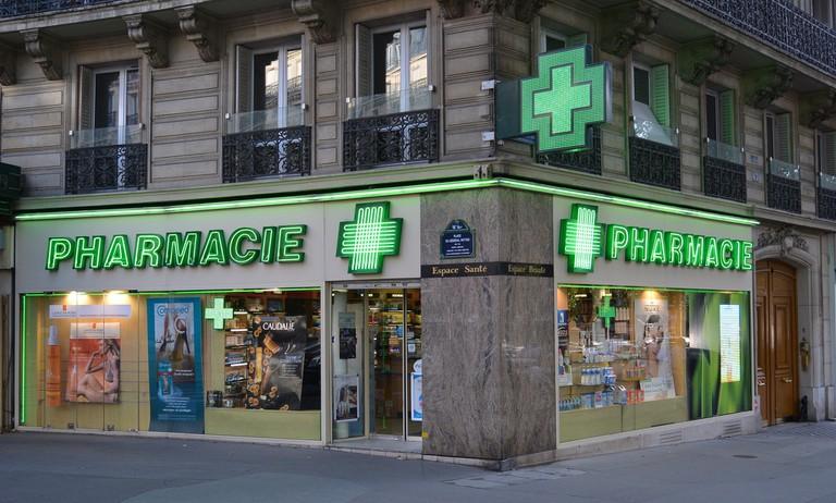 Pharmacy near Ternes, Paris │© flightlog / Flickr