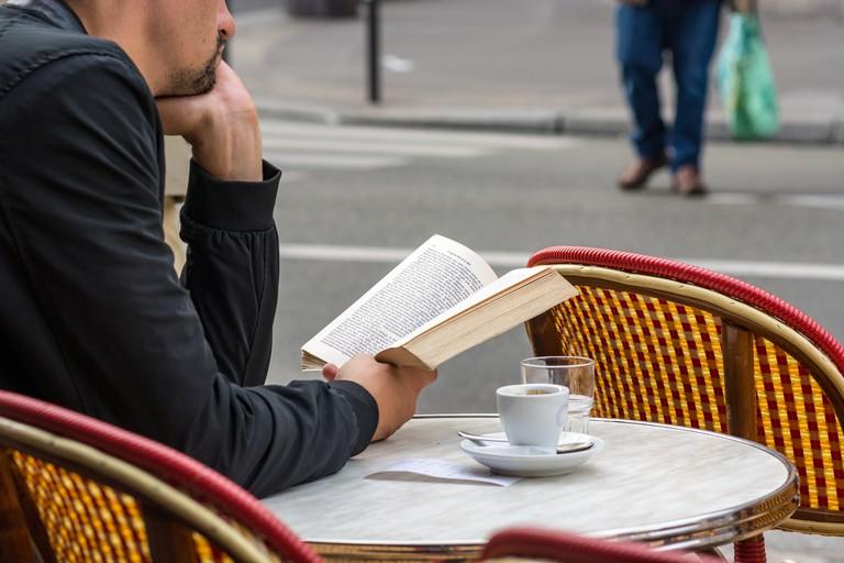 Reading on a café terrace in Paris │© chrisd90