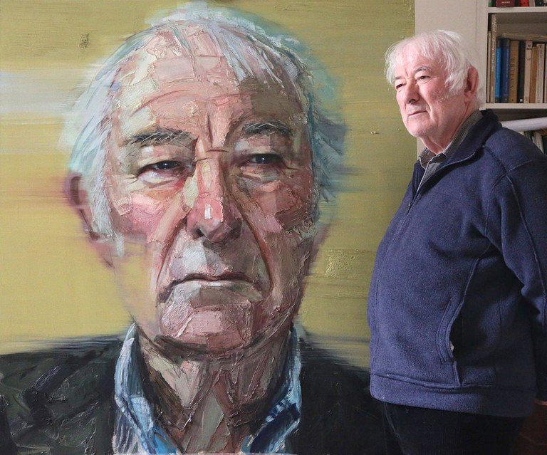Seamus Heaney in the studio with his portrait by Colin Davidson | © Frankenthalerj/WikiCommons