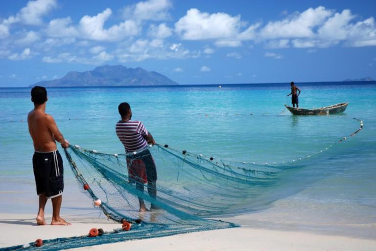 Seychellois fishermen hauling in their nets. |©Gerard Larose, Seychelles Tourism Board