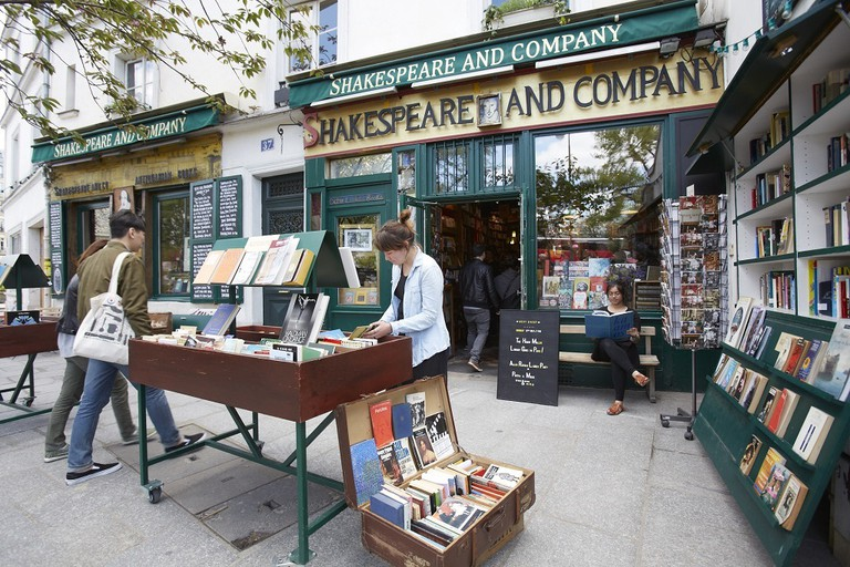 Shoppers at Shakespeare and Company │© Tobias Staebler, Courtesy of Shakespeare and Company
