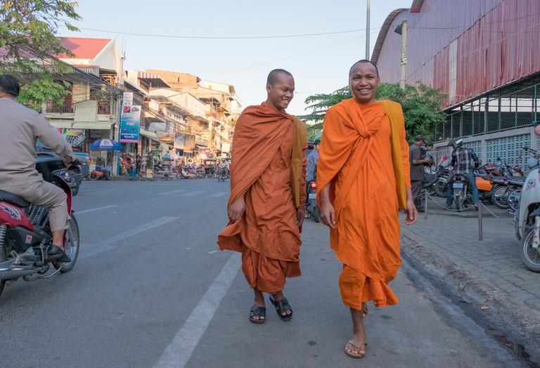 Monks walk through the streets of Phnom Penh |© Aleksandr Hunta / Shutterstock Inc.