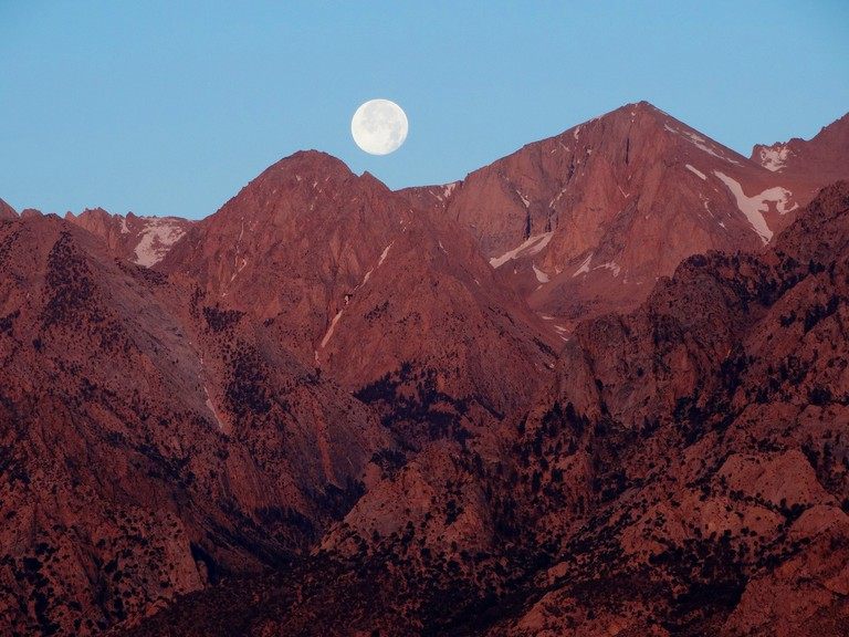 Sunrise Moon over Sierra Nevada │© Don Graham/Flickr