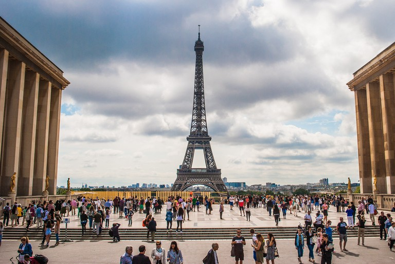 The Eiffel Tower with crowds at the Trocadéro │© nuno_lopes / Pixabay