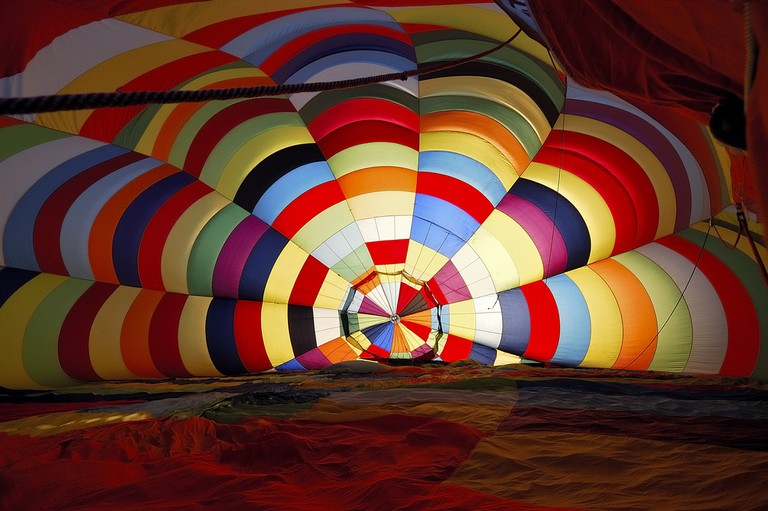 Preparing a hot air balloon for flight | © jipatafoto89/ Shutterstock