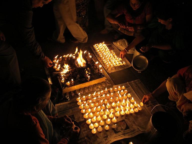 Lighting hundreds of butter lamps| © sundar1/Wikimedia commons