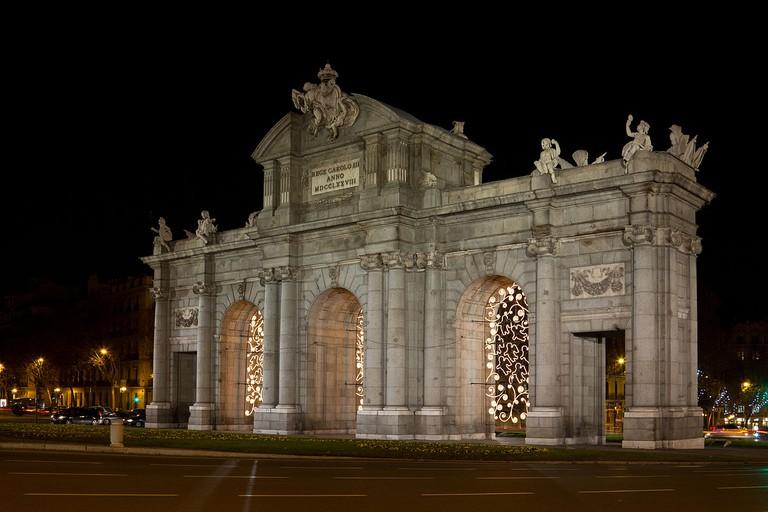 The Puerta de Alcalá decorated for Christmas | © Carlos Delgado/Wikipedia
