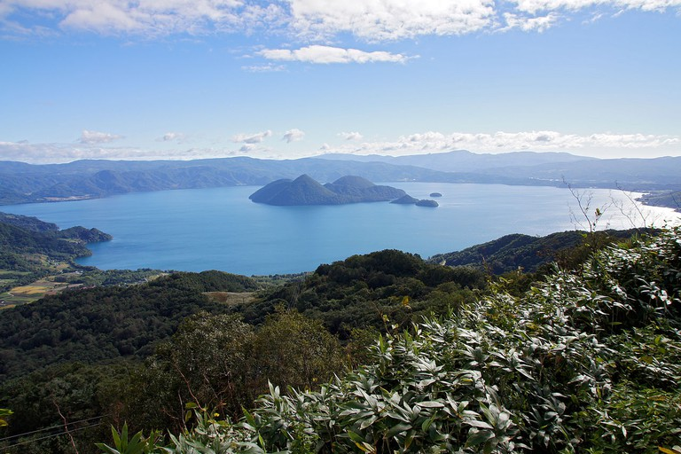 Lake Tōya view from The Windsor Hotel Toya Resort & Spa in Toyako, Hokkaido prefecture, Japan. | ©663highland / Wikimedia Commons