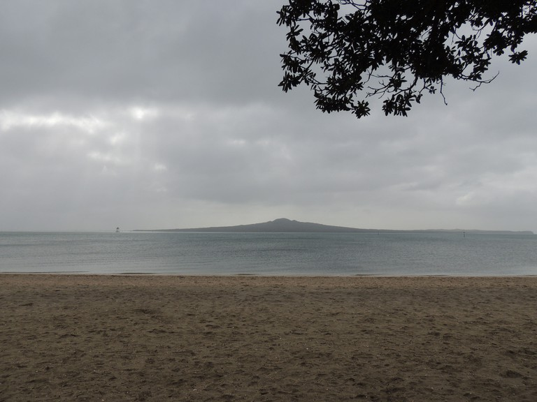 A view of Rangitoto from Mission Bay Beach | © Jennifer Whiting/Flickr