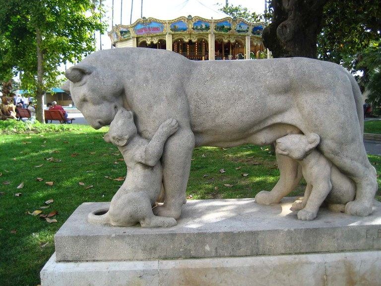 The statue of a lioness and her cubs on La Croisette | © David Avoura King/flickr