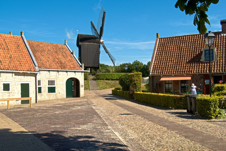 Charming Dutch windmills are dotted around | © piotr iłowiecki / Flickr