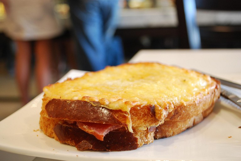 The Croque Monsieur is made of bread, cheese, ham and sauce | © Alpha/flickr