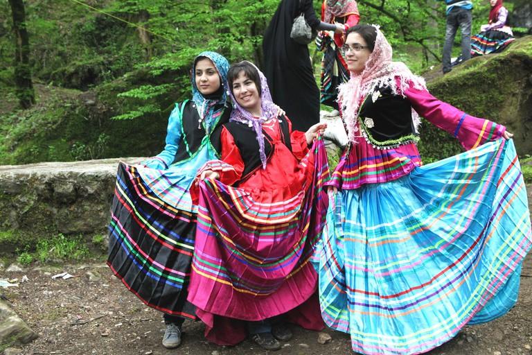 Tourists try traditional GIlaki clothes | © Ninara / Flickr