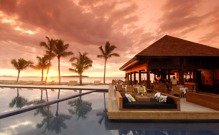 Poolside dining at the Hilton, Fiji | Courtesy of Traveloscopy / Flickr