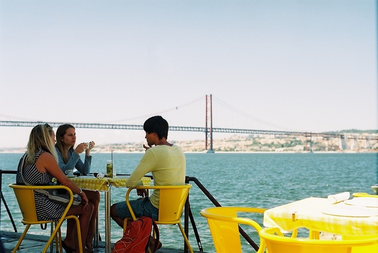 Dining across the bridge © Harold Navarro / Flickr