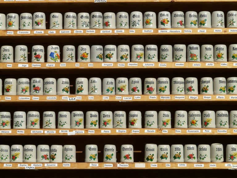 A shelf of stein mugs | © Hans / pixabay