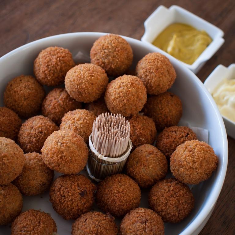 Bitterballen with mustard dip | © Takeaway / WikiCommons