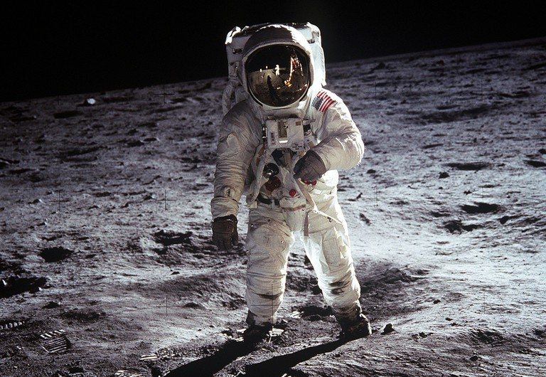Buzz Aldrin walking on the moon in 1969 │© WikiImages / Pixabay