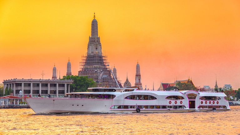Chao Phraya River Cruise Boat with Temple of the Dawn, Wat Arun © FUN FUN PHOTO/Shutterstock