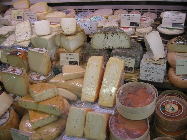 Cheese counter at Marché Beauvau │© Nicolas Toper / Flickr
