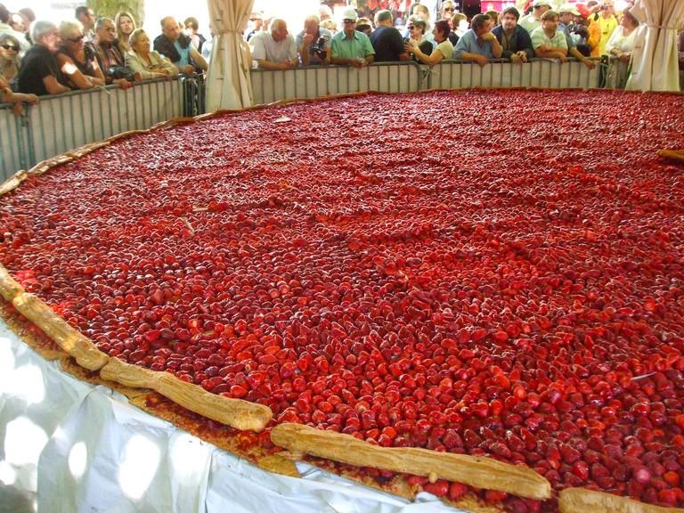 An 8-meter strawberry tart at the Fête de la Fraise ©Legrandcricri/Wikicommons