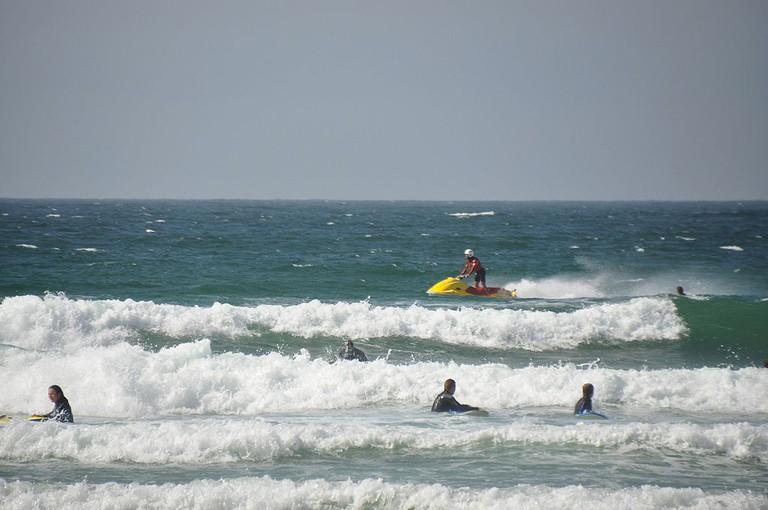 Surfing at Fistral Beach ©Nilfanion /Wikimedia