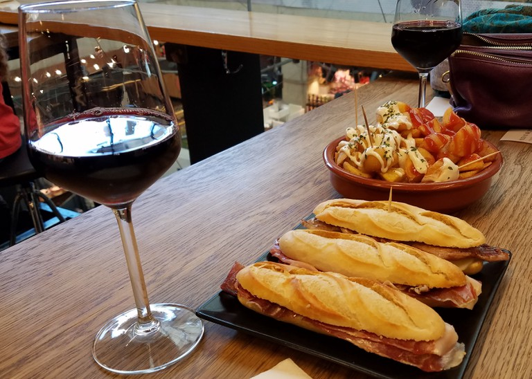 Sandwiches, wine and tapas | © Lori Zaino