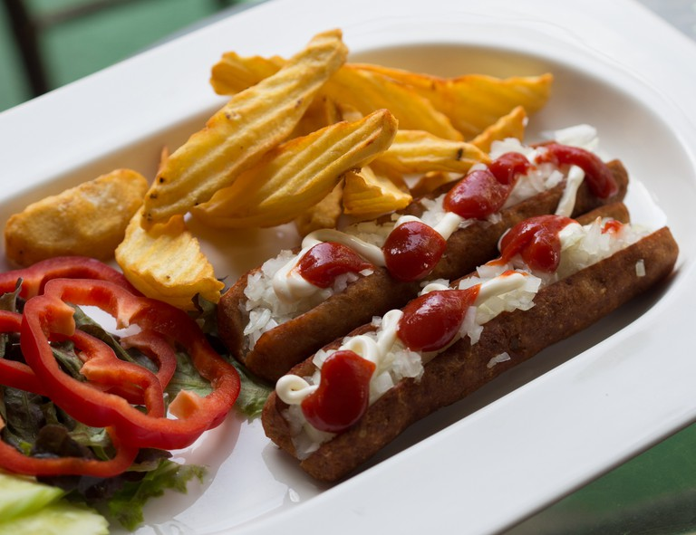 © Frikandel with fries | © Takeaway / WikiCommons