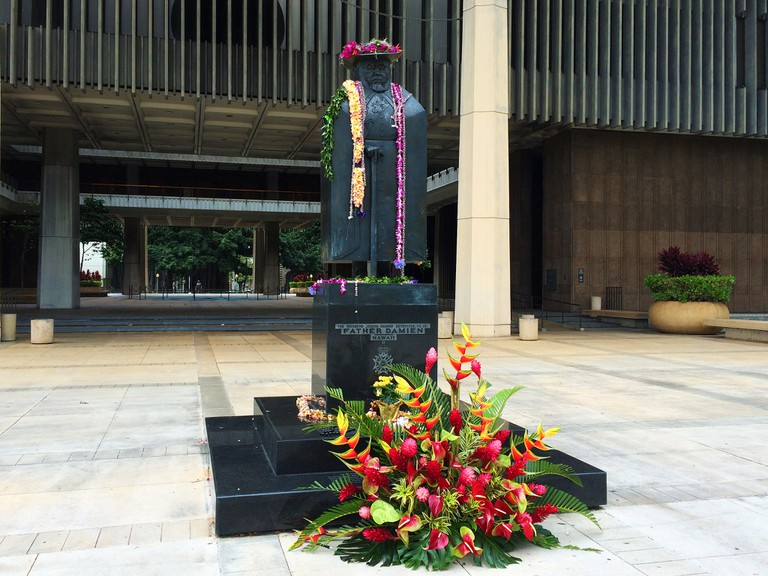 Honolulu's Father Damien statue festooned for Father Damien Day | © Daniel Ramirez / Flickr