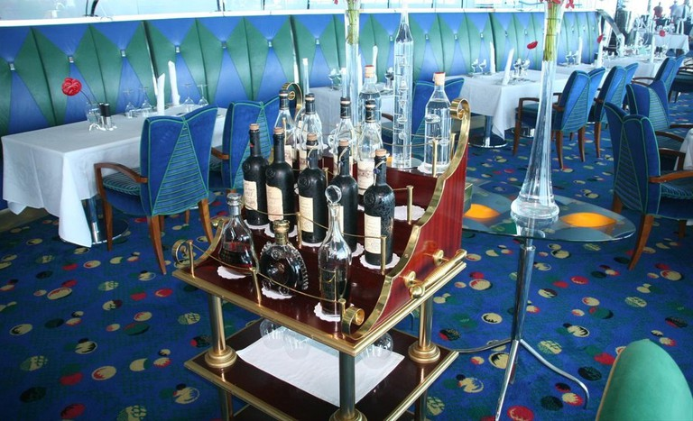 Drink trolley at Skyview Bar | ©Imre Solt / Wikimedia https://www.commons.wikimedia.org:wiki:File-Burj_Al_Arab_on_9_June_2007_Pict_6