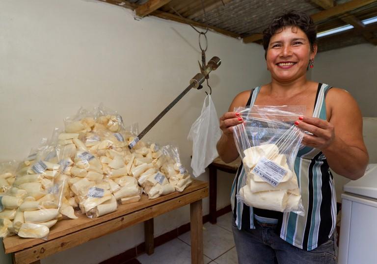 Brazilian woman selling mandioca / © Ministério do Desenvolvimento Social e Agrário / Flickr