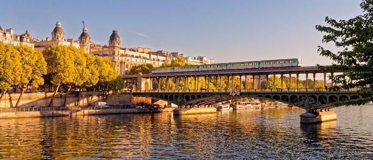 Metro on Pont de Bir-Hakeim │© BikerNormand / Flickr